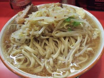 大カラメニンニク。麺がスープから突出している